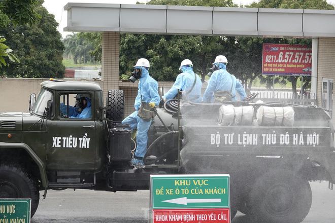 Bộ đội 'tấn công' ổ dịch COVID-19 ở BV Bệnh Nhiệt đới Trung ương cơ sở 2 - ảnh 17