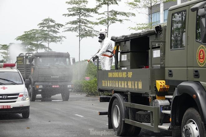 Bộ đội 'tấn công' ổ dịch COVID-19 ở BV Bệnh Nhiệt đới Trung ương cơ sở 2 - ảnh 20