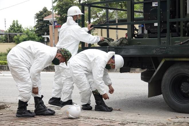 Bộ đội 'tấn công' ổ dịch COVID-19 ở BV Bệnh Nhiệt đới Trung ương cơ sở 2 - ảnh 3