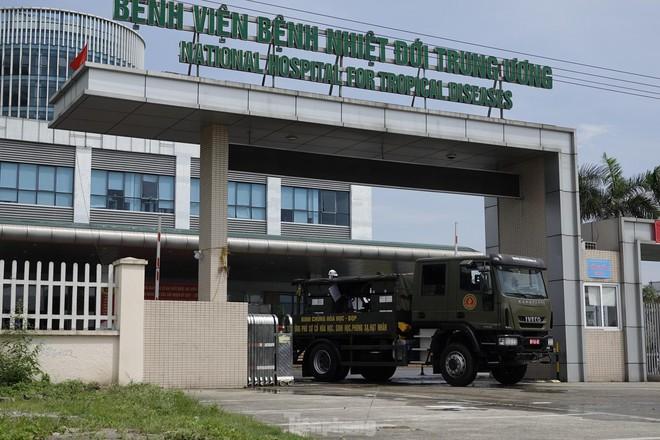 Bộ đội 'tấn công' ổ dịch COVID-19 ở BV Bệnh Nhiệt đới Trung ương cơ sở 2 - ảnh 22