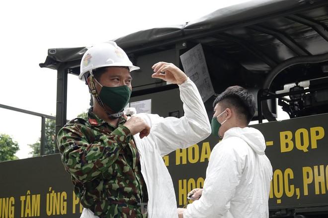 Bộ đội 'tấn công' ổ dịch COVID-19 ở BV Bệnh Nhiệt đới Trung ương cơ sở 2 - ảnh 4