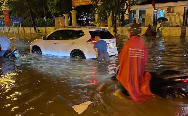 Hà Nội mưa lớn, phố biến thành sông, người đàn ông chật vật đẩy ô tô về nhà