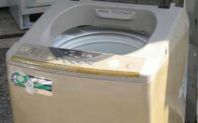 Lôi cái máy giặt 2 năm không dùng đến ra định chuyển xuống hầm cho đỡ chật, vừa mở nắp ra, người phụ nữ đã không thể giữ được bình tĩnh khi nhìn thấy thứ ở bên trong