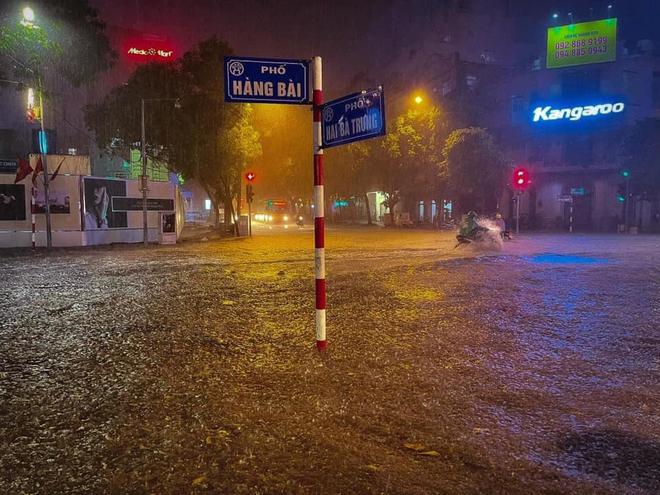 Hà Nội ngập sâu trong biển nước sau cơn mưa lớn đầu mùa - Ảnh 4.