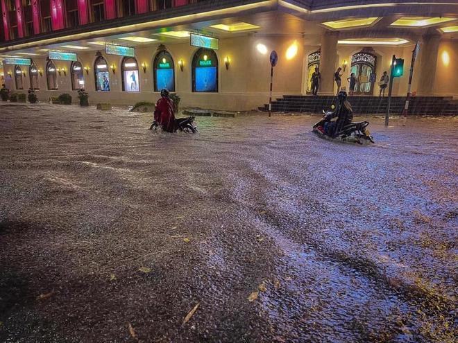 Hà Nội ngập sâu trong biển nước sau cơn mưa lớn đầu mùa - Ảnh 3.