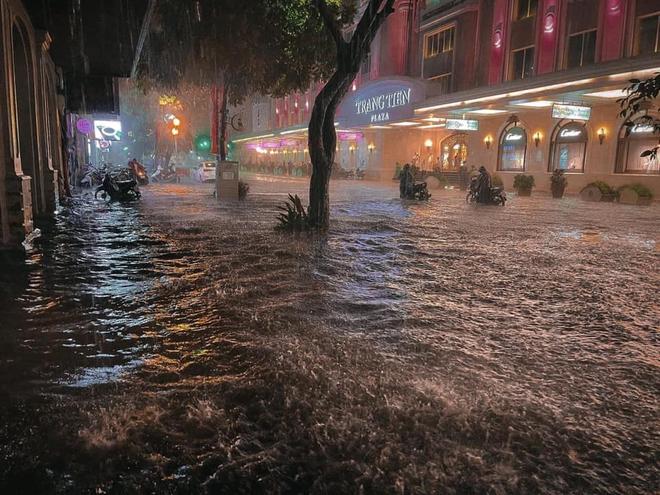 Hà Nội ngập sâu trong biển nước sau cơn mưa lớn đầu mùa - Ảnh 2.