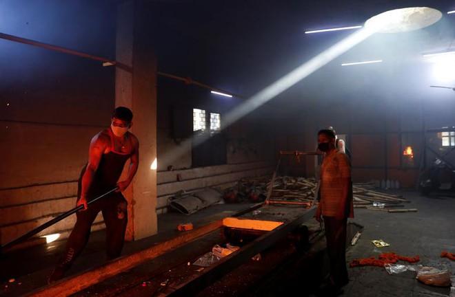 24h qua ảnh: Hệ thống phòng không Israel bắn hạ tên lửa từ Palestine - Ảnh 7.