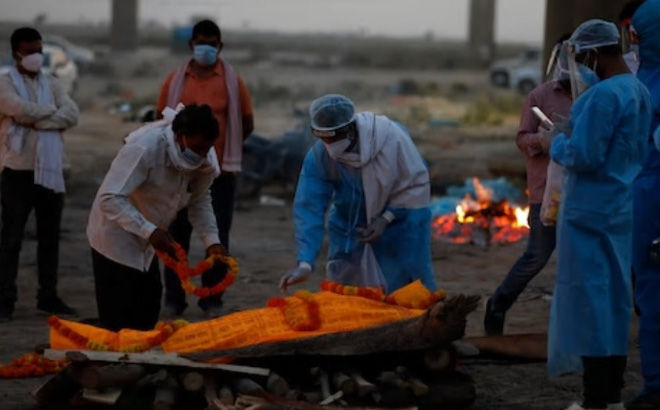 Clip sốc: Thi thể nạn nhân Covid-19 ɓị nhân viên xe cứu thương đẩy xuống sông Ấn Độ - Ảnh 4.