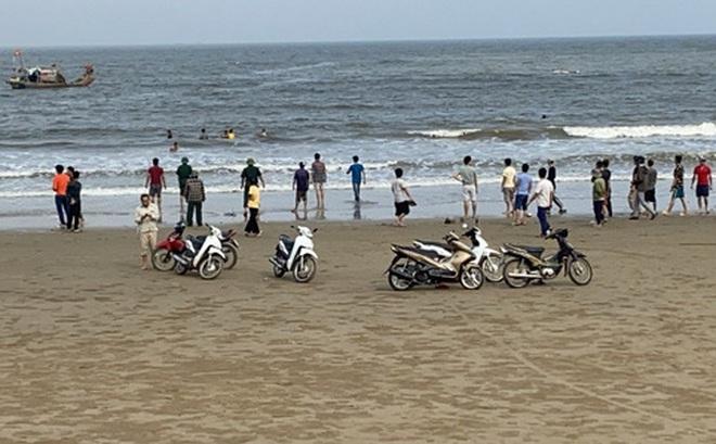 Nam Định: 18 học sinh ra tắm biển, 3 em bị sóng cuốn mất tích