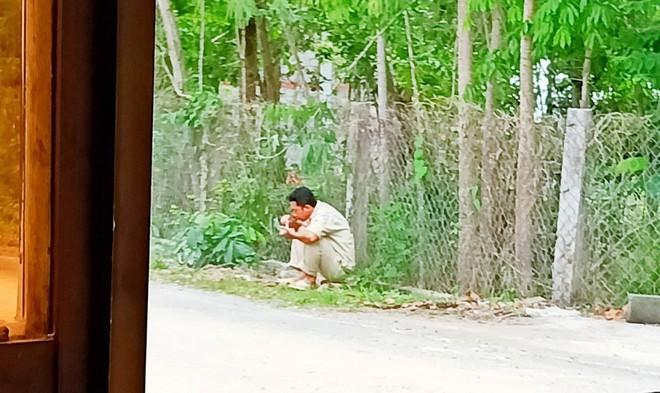 Lời xin xỏ của tài xế xe bồn và hình ảnh anh nép bên vệ đường khiến ai cũng thương cảm - Ảnh 1.