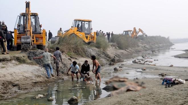 Lý do đau xót đằng sau những thi thể bị cháy 1 nửa trên sông Ấn Độ - Ảnh 1.