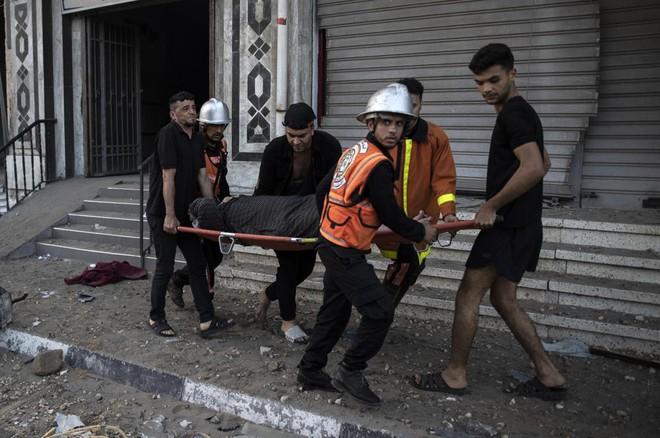 Khoảnh khắc kinh hoàng của các nạn nhân - Dồn dập tin nóng bỏng nhất về chiến sự Israel - Palestine - Ảnh 3.