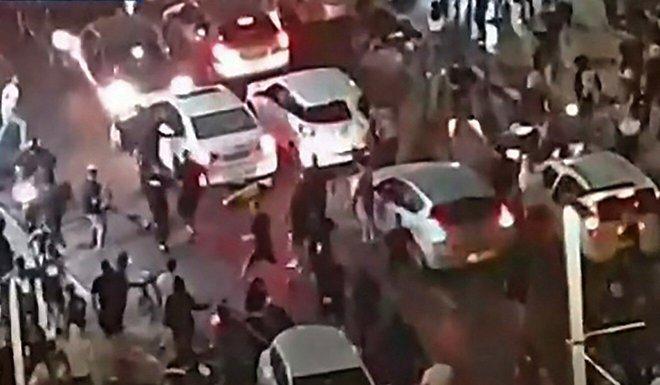 Cảnh tượng sốc tại Israel: Người đàn ông Ả Rập bị đám đông hung hãn hành quyết ngay giữa phố - Ảnh 1.