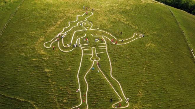 Hé lộ bí mật hình vẽ người khổng lồ nhìn rõ từ trên cao ở Anh - Ảnh 2.