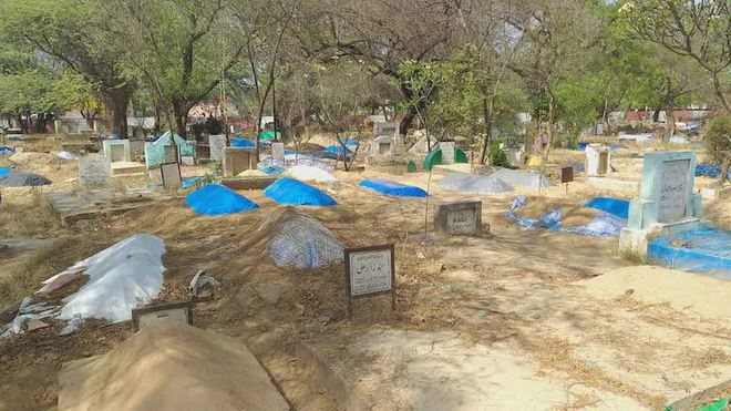 Thi thể chất đống, người Ấn Độ phải đào mộ cũ lấy chỗ chôn nạn nhân tử vong do Covid-19 - Ảnh 1.
