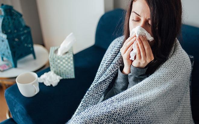 Tất cả triệu chứng COVID-19 bạn cần biết: Cách phân biệt với cảm cúm, cảm lạnh - Ảnh 7.