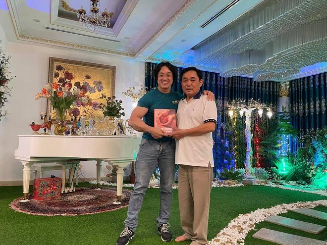 Được mời tới nhà đại gia Dũng lò vôi, gymer Duy Nguyễn bị dân mạng vạch trần sự tranh thủ qua từng bức ảnh - Ảnh 1.