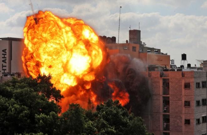 Israel tổng tấn công Gaza cả trên không, trên bộ: Trực thăng, xe tăng ồ ạt tham chiến - Chiến tranh toàn diện bùng nổ - Ảnh 2.