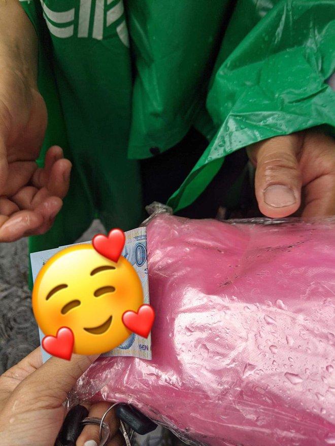 Không có tiền mua áo mưa, hành động ấm lòng của người bảo vệ khiến cô gái trẻ cảm động - Ảnh 1.