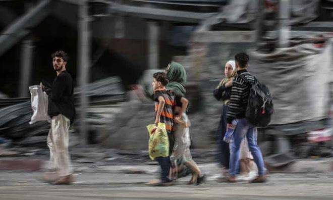 2.000 tên lửa Hamas dồn dập nã xuống Israel - Máy bay, trực thăng, xe tăng Israel tổng phản công: Chiến sự bùng nổ! - Ảnh 1.