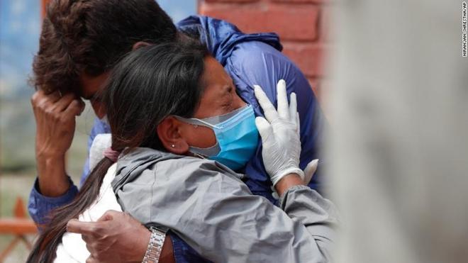 Vượt qua Ấn Độ, tâm chấn Covid-19 đang chuyển hướng sang nước láng giềng, tỉ lệ nhiễm bệnh cao gấp đôi - Ảnh 4.