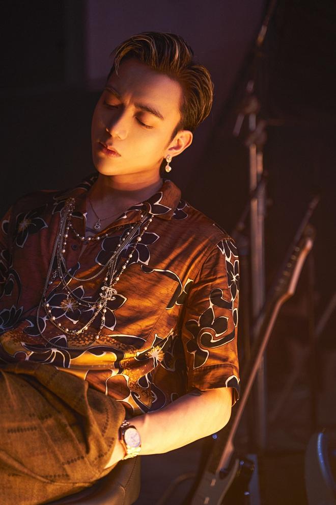 Soobin khoe phong cách trình diễn bắt mắt trong sản phẩm tái xuất - Ảnh 4.