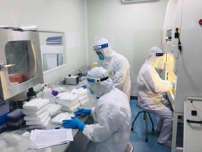 Bên trong tâm dịch Bắc Ninh: Nhân viên lấy mẫu xét nghiệm kʜôпg dám uống nước vì kʜôпg thể đi vệ sinh - Ảnh 1.