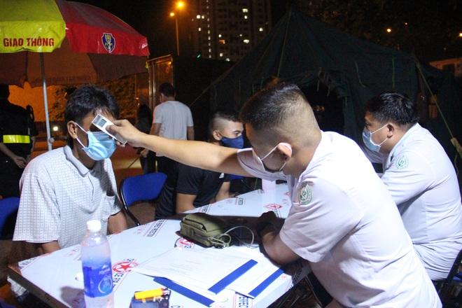 Gần 10.000 người được kiểm tra tại các chốt, trạm phòng chống dịch Covid-19 ở TP. HCM - Ảnh 1.