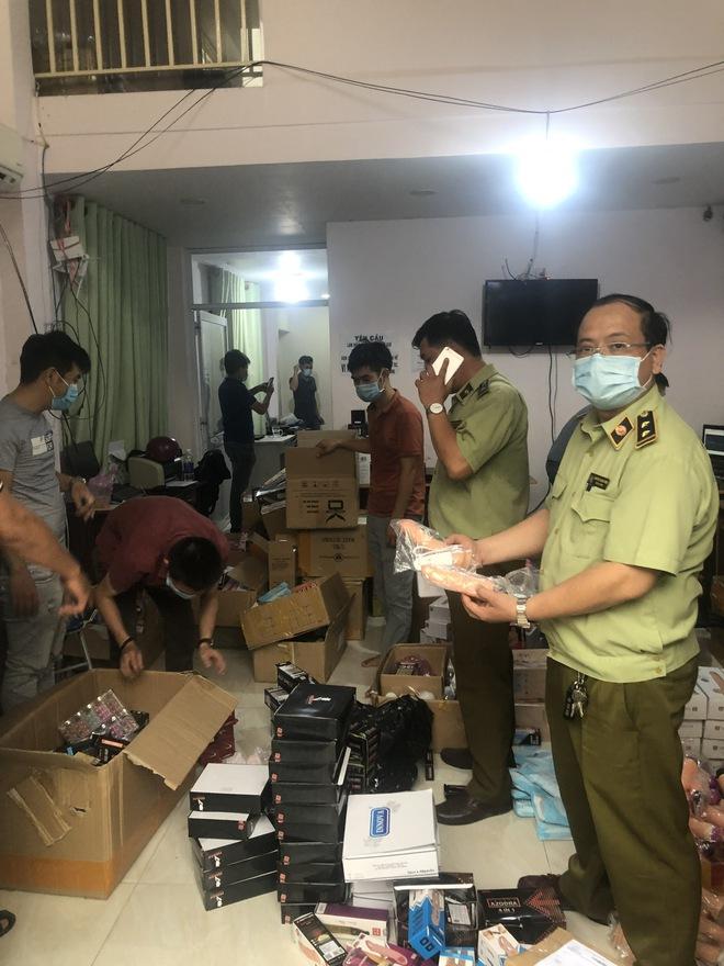 Thu giữ 33.481 dụng cụ tình dục không rõ nguồn gốc xuất xứ ở Sài Gòn - Ảnh 2.