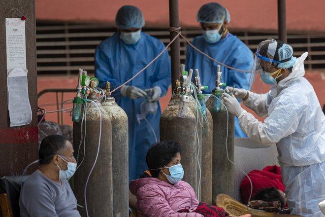 Láng giềng của Ấn Độ: Bác sĩ cảm giác như chiến tranh thế giới đang diễn ra, không thể nhận hết bệnh nhân - Ảnh 2.