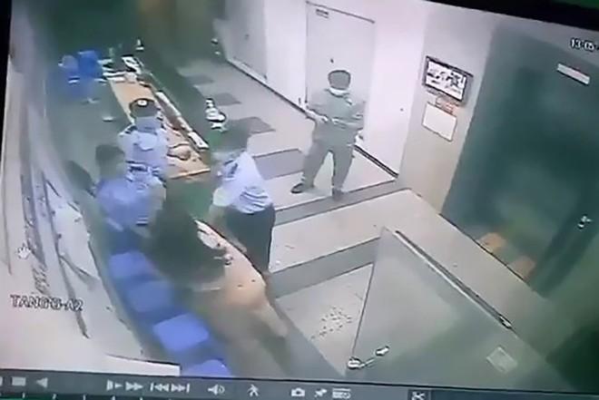 Người phụ nữ trong clip cầm dép lao về phía bảo vệ khi bị nhắc đeo khẩu trang bị phạt 2 triệu - Ảnh 1.