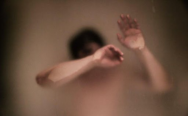 Níu kéo tình cảm không thành, nam thanh niên tung clip bạn gái đang tắm lên Facebook