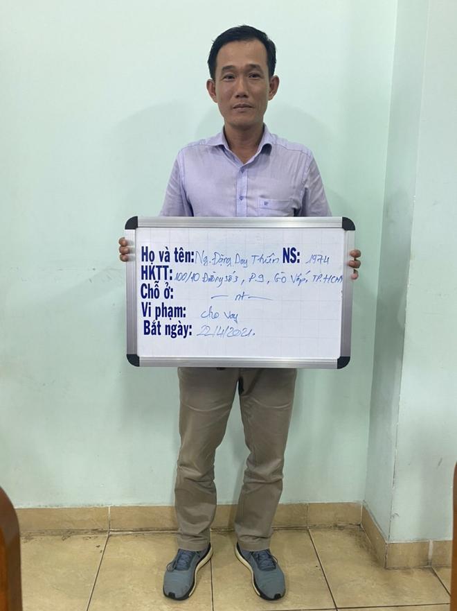 Khởi tố người đàn ông thuê nhóm người tạt sơn nhà con nợ ở Sài Gòn - Ảnh 2.