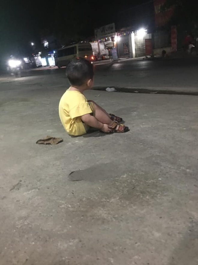 Em bé ngồi một mình bên vệ đường và câu chuyện của mẹ đơn thân đầy thương cảm - Ảnh 1.