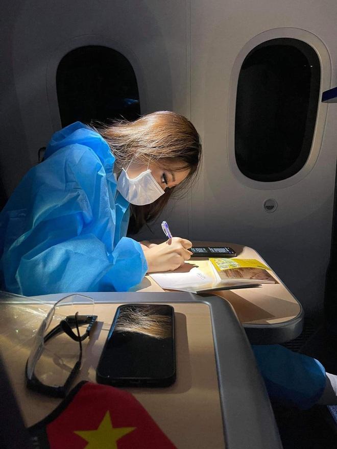 Khoảnh khắc hoa hậu Khánh Vân đau đớn, bật khóc khi mặc thử bộ đồ nặng 30kg - Ảnh 11.