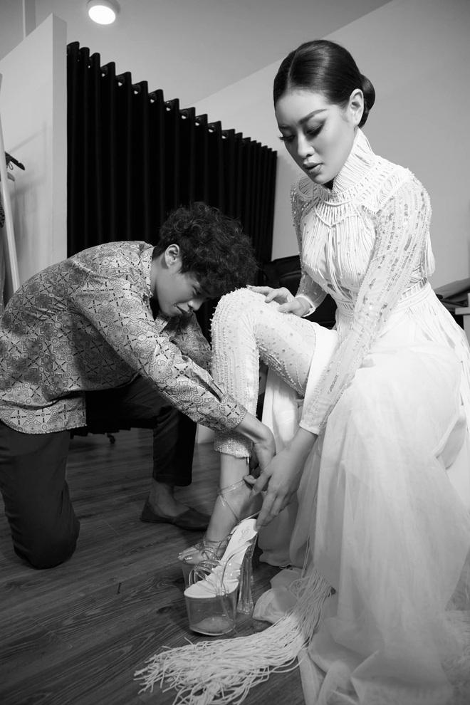 Khoảnh khắc hoa hậu Khánh Vân đau đớn, bật khóc khi mặc thử bộ đồ nặng 30kg - Ảnh 1.