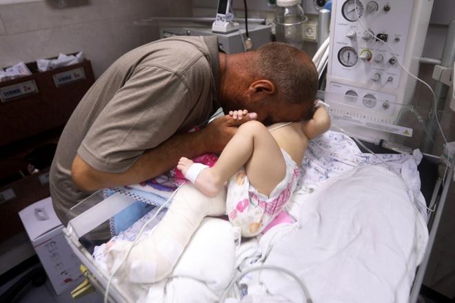 Ám ảnh em bé được cứu khỏi đống đổ nát sau cuộc không kích của Israel - ảnh 1