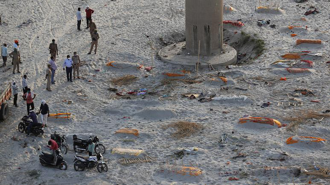 Ấn Độ: Mưa lớn quét sạch cát bề mặt, bờ sông Hằng lộ ra hàng loạt thi thể đang phân hủy - Ảnh 1.
