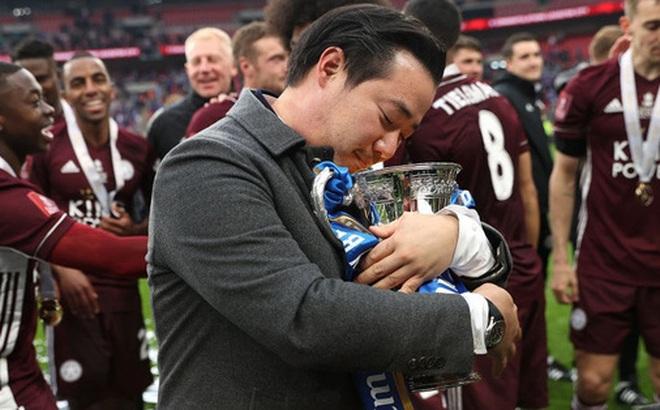 Xúc động khoảnh khắc Chủ tịch Leicester rưng rưng ôm chặt cúp vô địch, nhớ về người cha quá cố