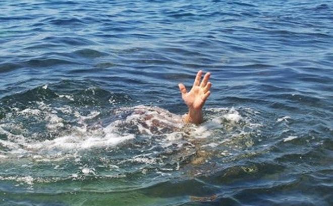 Rủ nhau ra hồ chơi, một học sinh lớp 3 đuối nước thương tâm