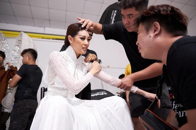 Khoảnh khắc hoa hậu Khánh Vân đau đớn, bật khóc khi mặc thử bộ đồ nặng 30kg - Ảnh 2.