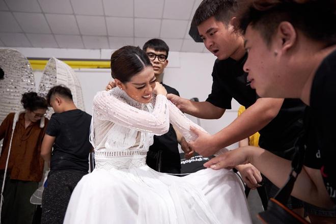 Khoảnh khắc hoa hậu Khánh Vân đau đớn, bật khóc khi mặc thử bộ đồ nặng 30kg - Ảnh 3.