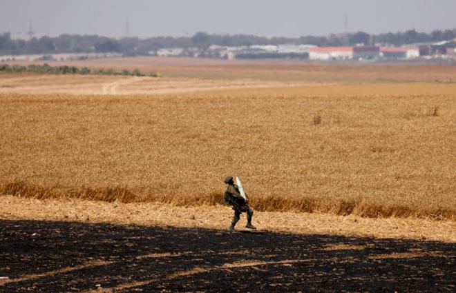 24h qua ảnh:  Binh sĩ Israel vác đạn pháo trên cánh đồng - Ảnh 2.
