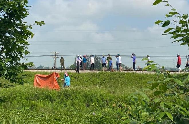 Vụ mẹ ôm thi thể con nằm trên đường ray đợi tàu đến: Bắt tạm giam người mẹ tội giết người - Ảnh 2.