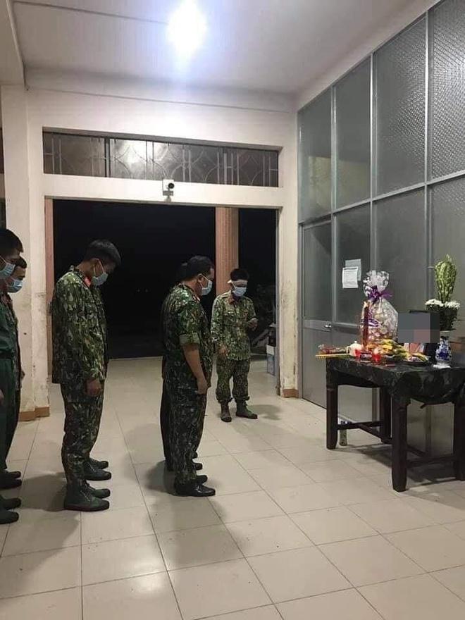 Nhói lòng cảnh chiến sĩ dập đầu trước bàn thờ mẹ trong khu cách ly rồi tiếp tục thực hiện nhiệm vụ - Ảnh 2.