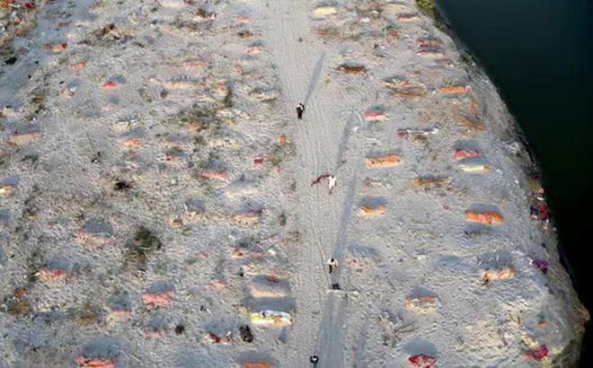 Loạt thi thể dạt vào bờ sông Hằng rúng động Ấn Độ: Quan chức xác nhận có nạn nhân COVID-19