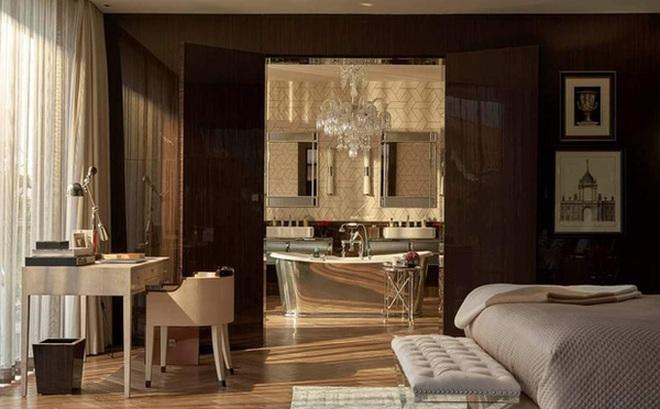 Nhà Thái Công thiết kế tiếp tục bị chê: Không phải cứ mua đồ đắt tiền mới là đẹp, sàn nhà tắm bằng gỗ thì xả nước thế nào?