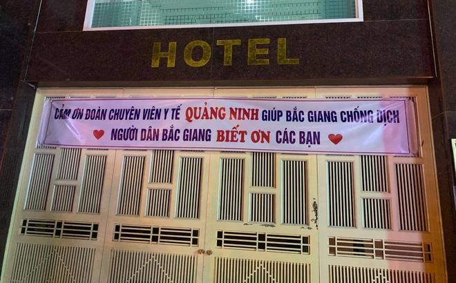 Tới Bắc Giang chống dịch, các y bác sĩ Quảng Ninh xúc động trước tấm băng rôn treo trước cửa khách sạn