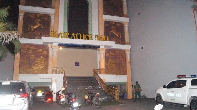Quán karaoke khóa cửa tắt đèn, có người cảnh giới, bên trong 95 khách hát tưng bừng bất chấp dịch Covid-19 - Ảnh 1.