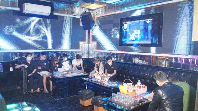 Quán karaoke khóa cửa tắt đèn, có người cảnh giới, bên trong 95 khách hát tưng bừng bất chấp dịch Covid-19 - Ảnh 3.